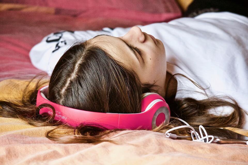 girl-with-headphones